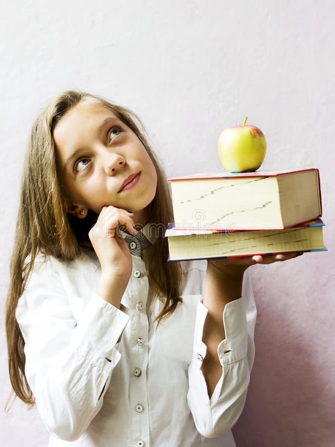 Estudante loura bonita da menina com livros e maçã Educação imagem de stock royalty free