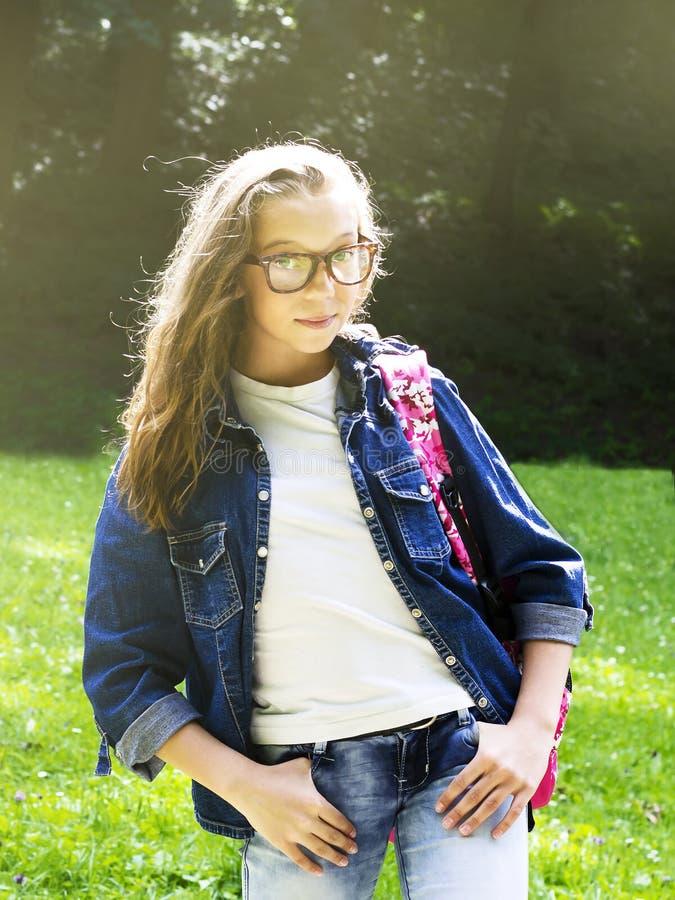 Estudante loura nova bonito com vidros e camisa da sarja de Nimes fotos de stock