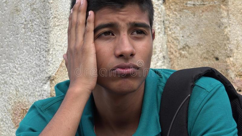 Estudante masculino adolescente confuso e preocupado foto de stock