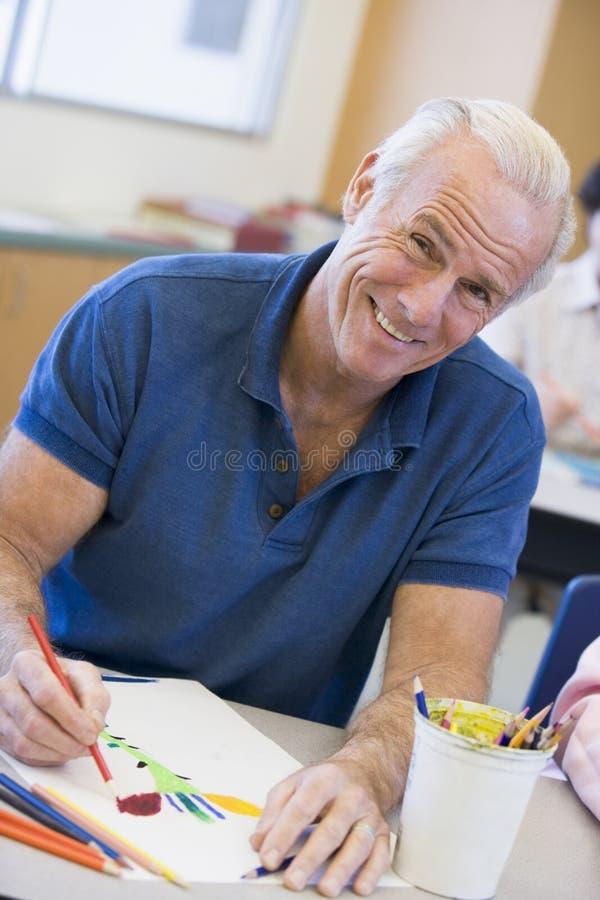 Estudante masculino maduro na classe de arte fotos de stock