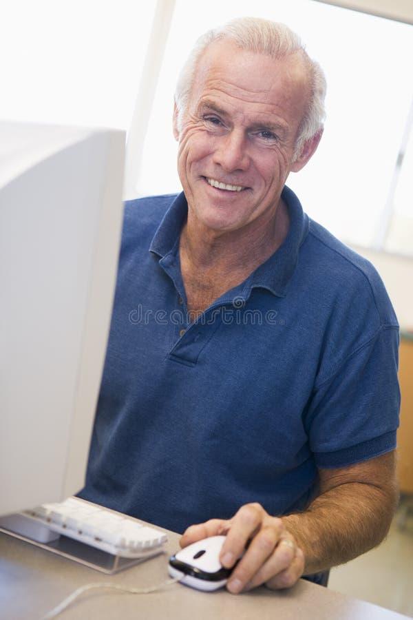 Estudante masculino maduro que aprende habilidades do computador imagem de stock royalty free