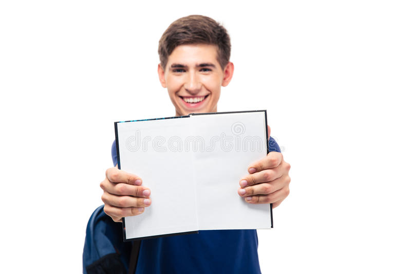 Estudante masculino que mostra o livro aberto placa imagem de stock royalty free