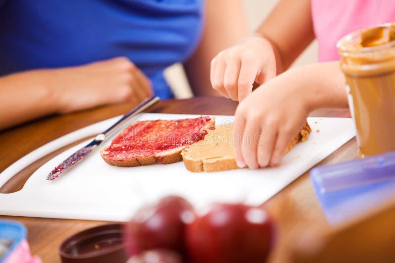 Estudante: Menina que faz um almoço escolar saudável fotos de stock