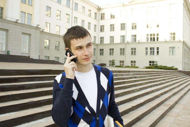 Estudante moderno que fala em um telefone móvel fotos de stock