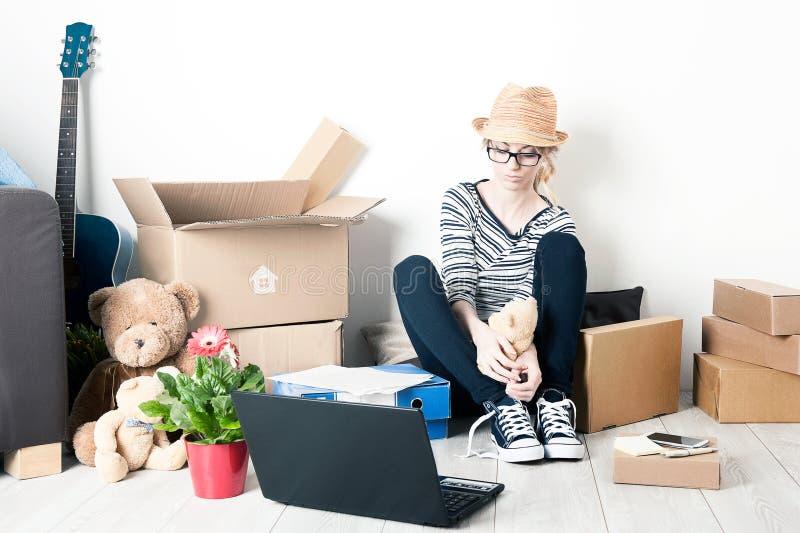 Estudante movente da casa imagens de stock