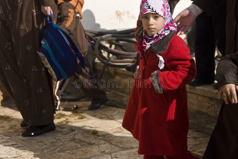 Estudante muçulmana na montagem do templo foto de stock