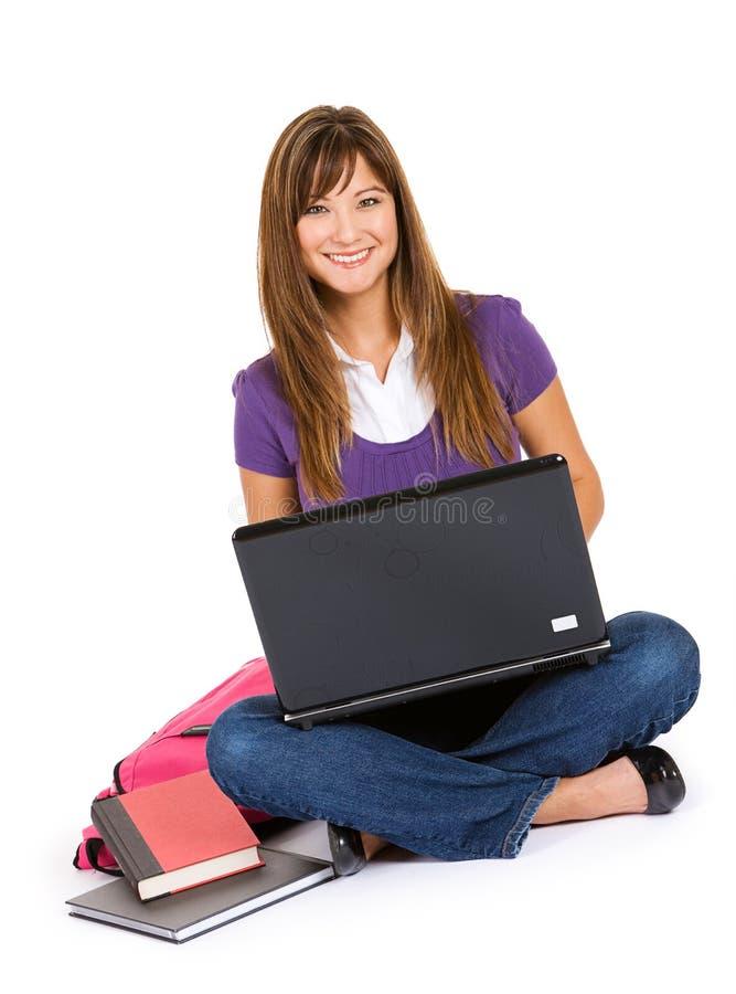 Estudante: Mulher que usa o portátil para o trabalho da escola fotos de stock royalty free