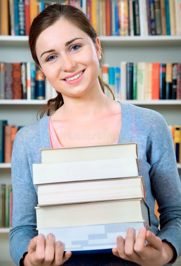 Estudante na biblioteca fotos de stock