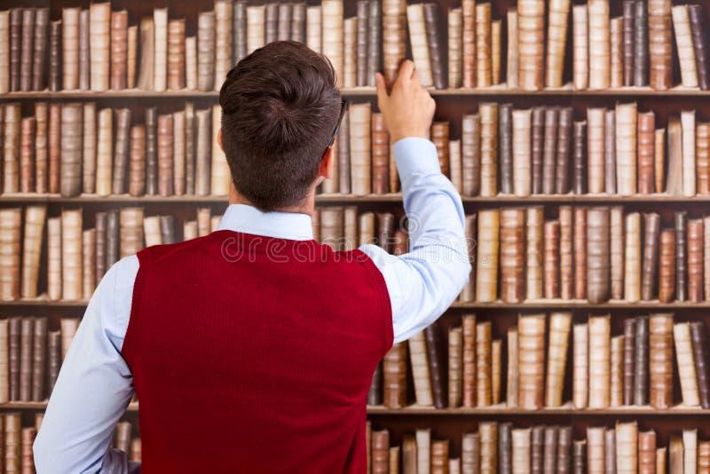 Estudante na biblioteca imagem de stock royalty free