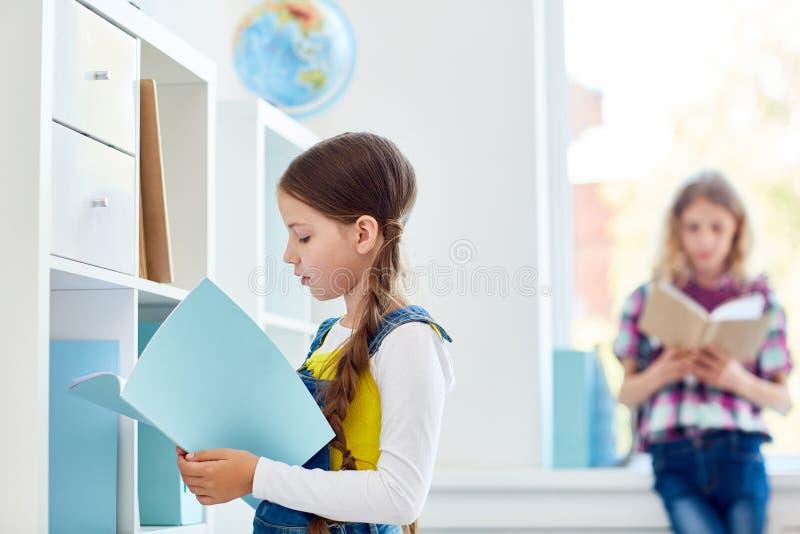 Estudante na biblioteca foto de stock