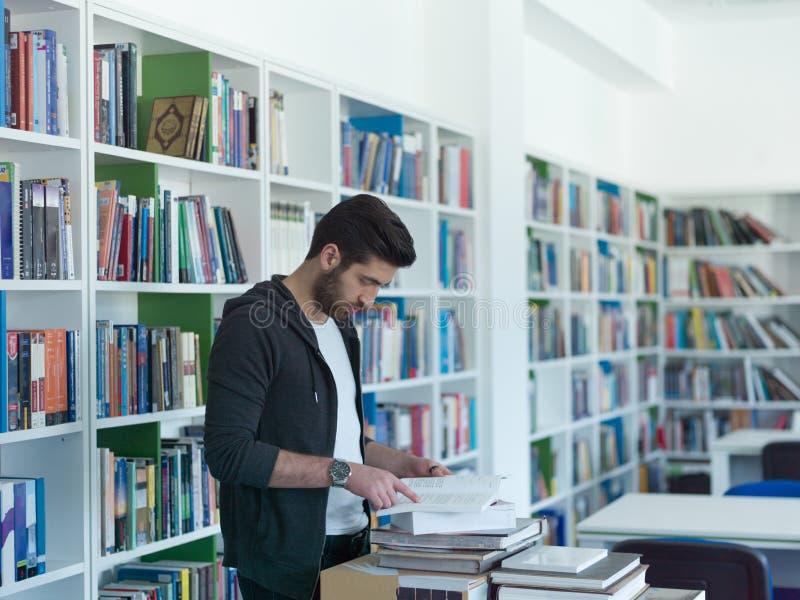 Estudante na biblioteca escolar fotografia de stock royalty free