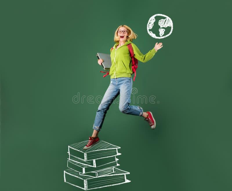 Estudante na escola, na ciência e na educação para povos Estudante feliz novo Estudante universit?rio que vai ? faculdade Cart?o  imagens de stock