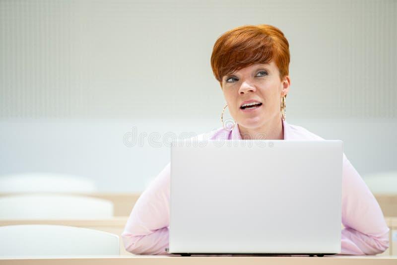 estudante no auditório do ensino médio na escola com laptop branco imagens de stock