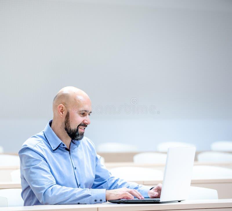 estudante no auditório do ensino médio na escola com laptop branco fotos de stock royalty free