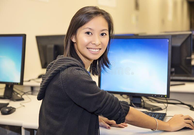 Estudante no laboratório do computador foto de stock