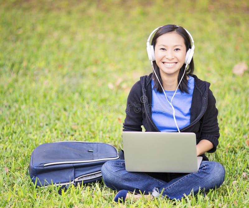 Estudante no parque imagens de stock royalty free