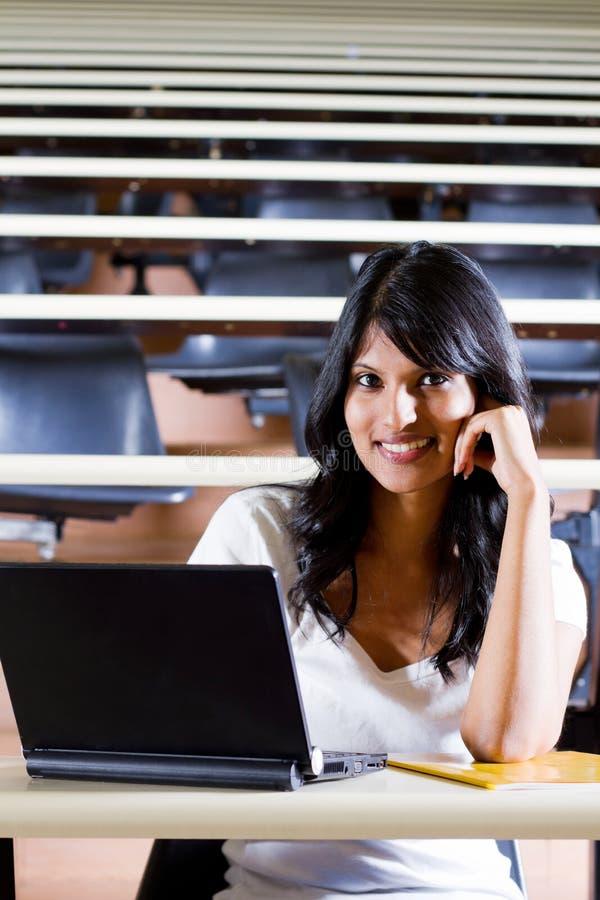 Estudante no quarto de leitura foto de stock