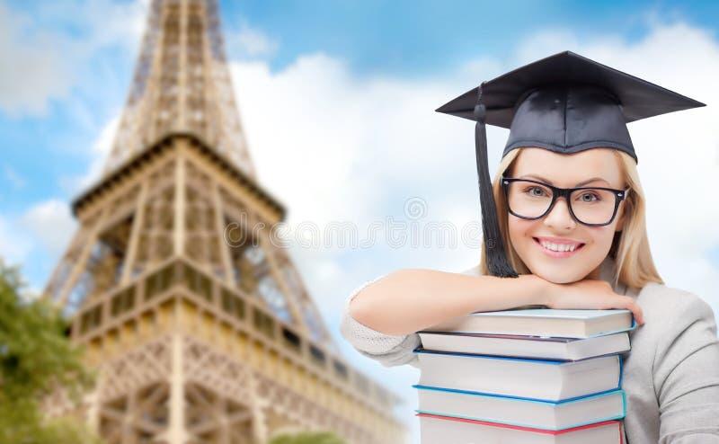 Estudante no trencher com os livros sobre a torre Eiffel fotos de stock