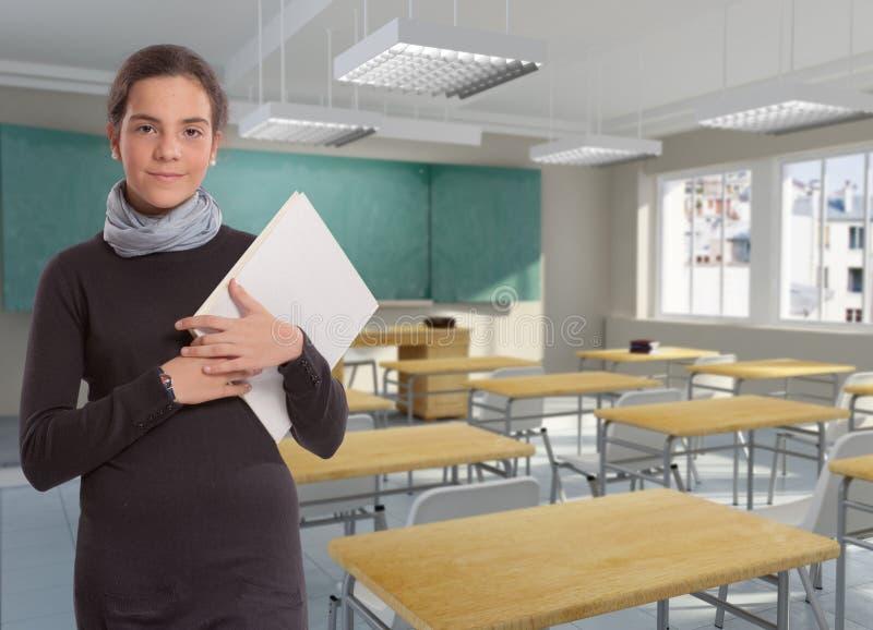 Estudante nova na sala de aula imagens de stock royalty free