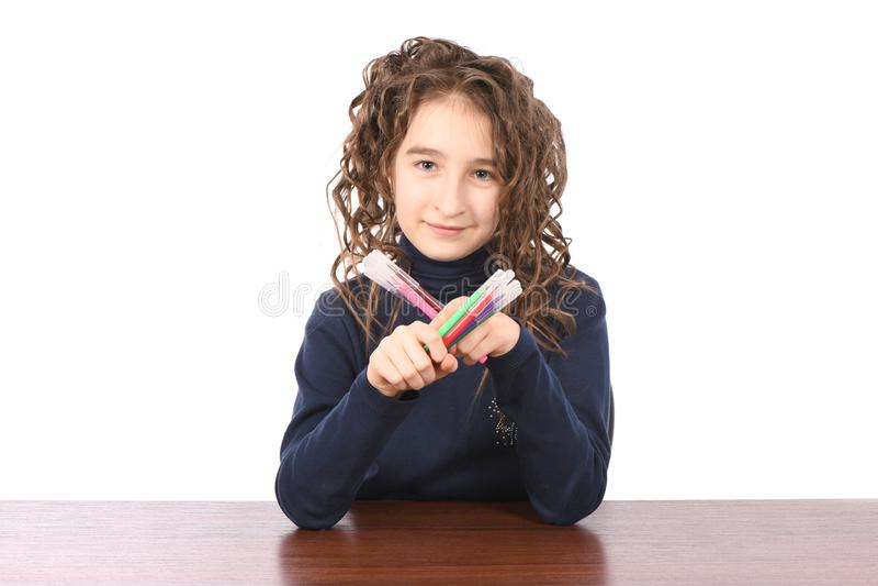 A estudante nova tira com marcadores ao sentar-se na tabela fotos de stock royalty free