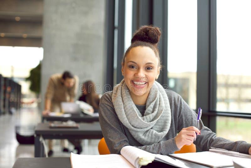 Estudante novo alegre que prepara-se para exames finais imagens de stock royalty free