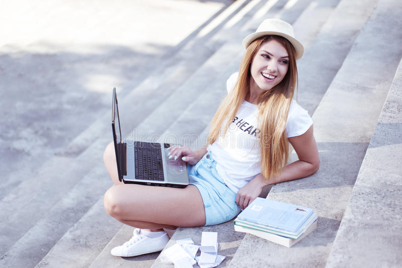 Estudante novo atrativo que trabalha em um portátil imagens de stock