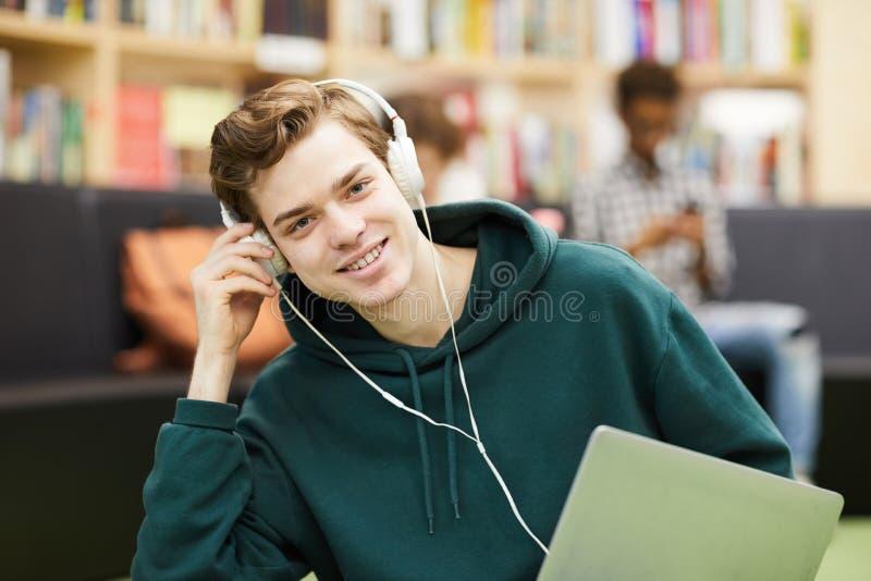 Estudante novo considerável na área da biblioteca fotos de stock