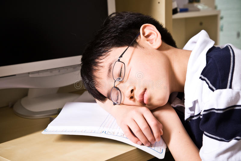 Estudante novo de sono foto de stock