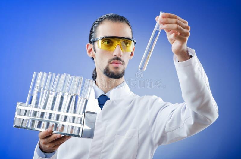 Estudante novo do químico no laboratório foto de stock