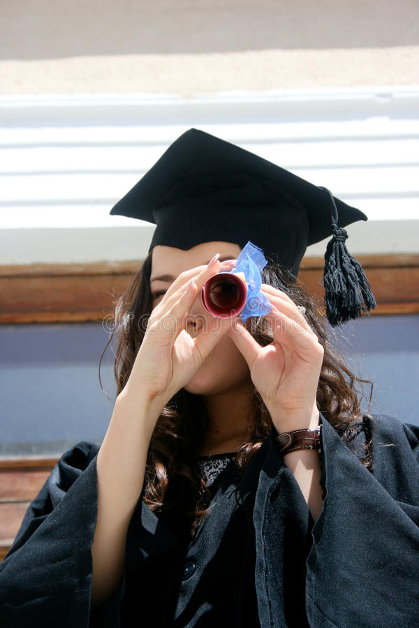 Estudante novo no vestido com diploma imagens de stock