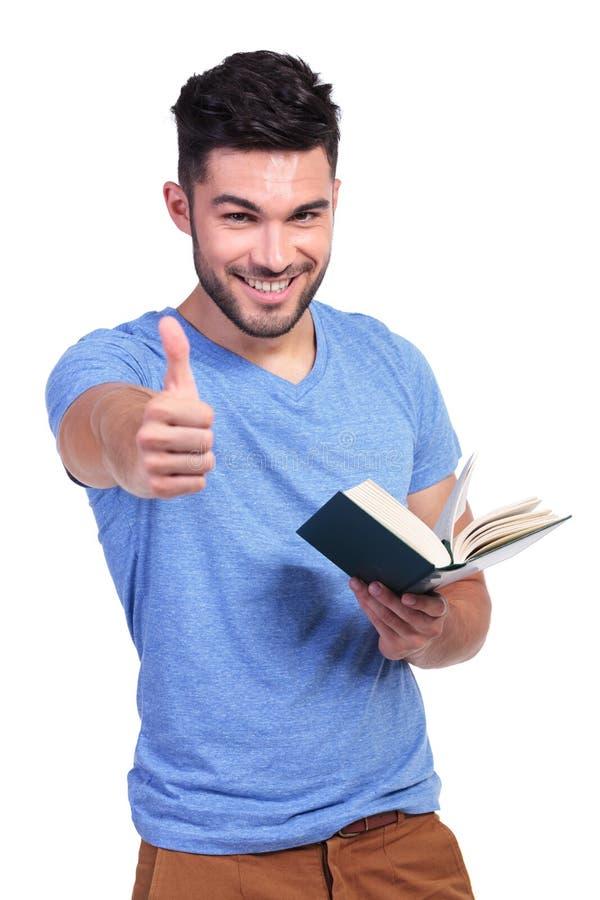 Estudante novo que lê um bom livro imagens de stock