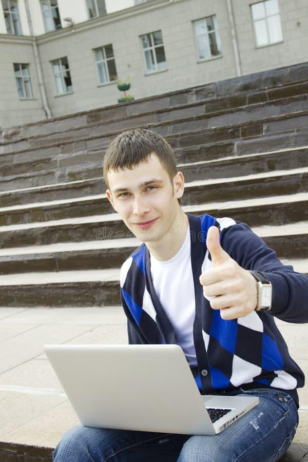 Estudante novo que trabalha em um portátil imagens de stock