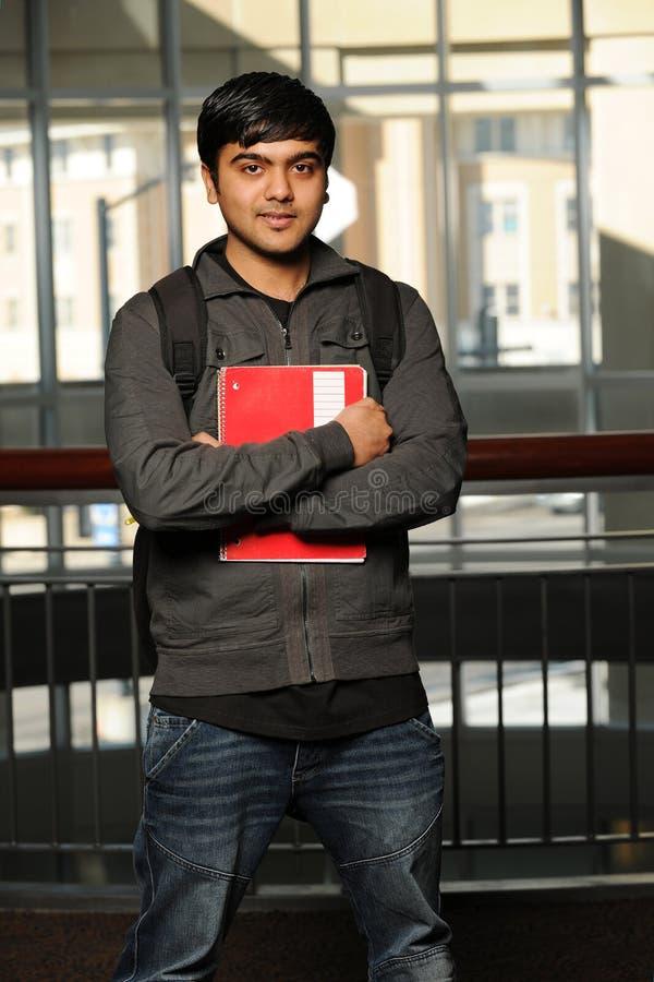 Estudante oriental novo que prende um copybook foto de stock royalty free