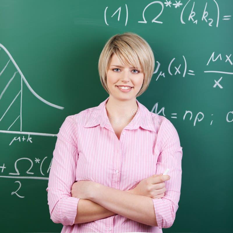 Estudante ou professor novo com braços dobrados fotografia de stock royalty free