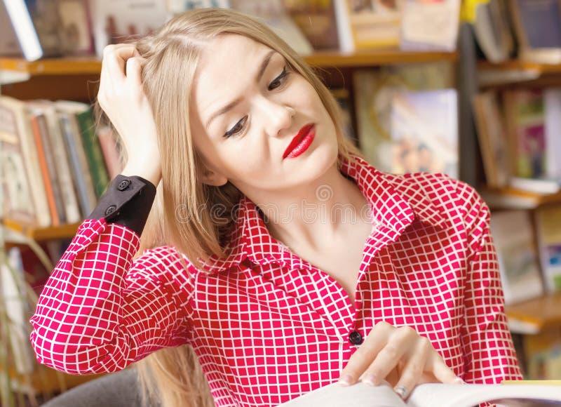 Estudante para livros, fazendo os trabalhos de casa, preparando-se para exames, imagem de stock