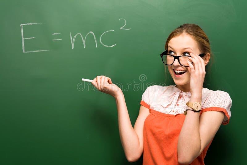 Estudante pelo quadro com e=mc2 fotos de stock