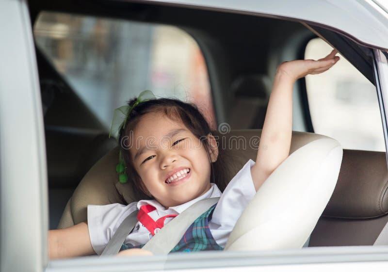 Estudante pequena que sente extremamente entusiasmado sobre ir para trás à escola imagem de stock