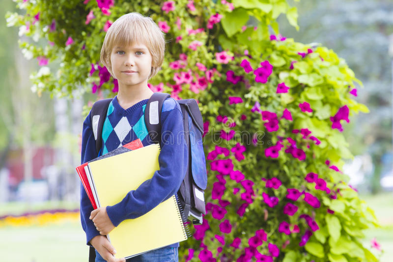 Estudante pequena que sente muito entusiasmado sobre ir para trás à escola foto de stock