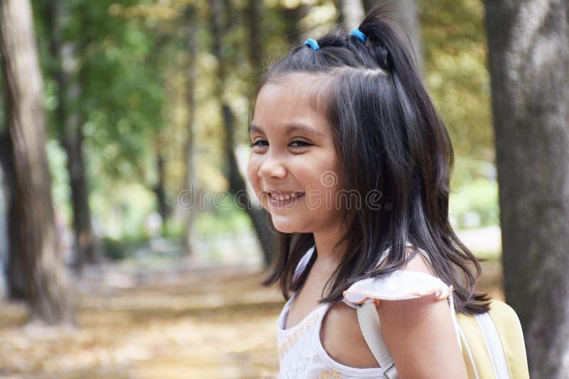 Estudante pequeno do jardim de infância com trouxa fotos de stock royalty free
