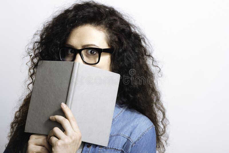 Estudante perplexo que está em choque foto de stock