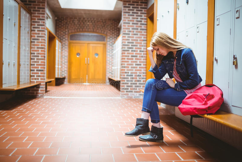 Estudante preocupado que senta-se com mão na cabeça fotos de stock
