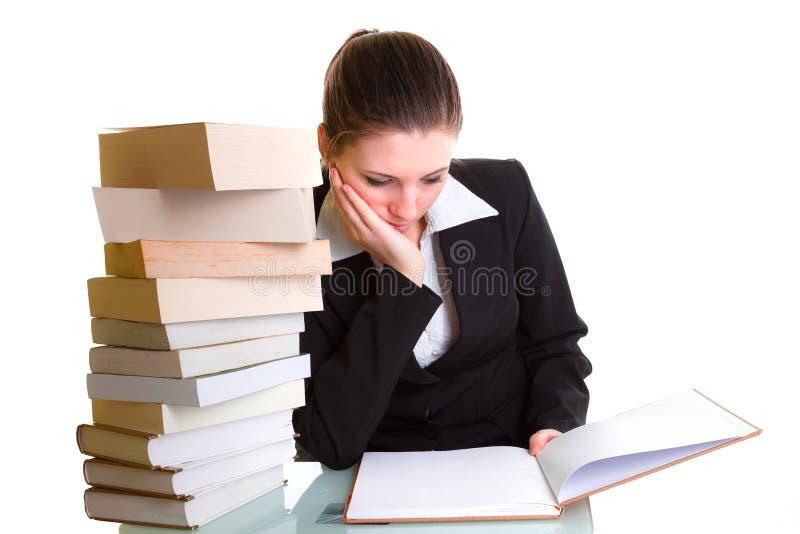 Estudante que aprende com a pilha dos livros na mesa foto de stock royalty free