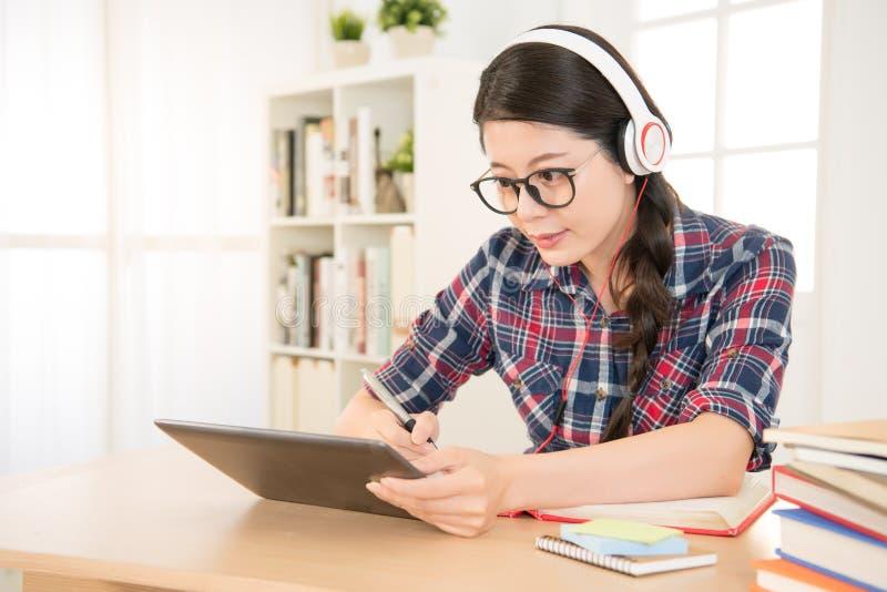 Estudante que aprende em linha a vista da almofada imagens de stock royalty free