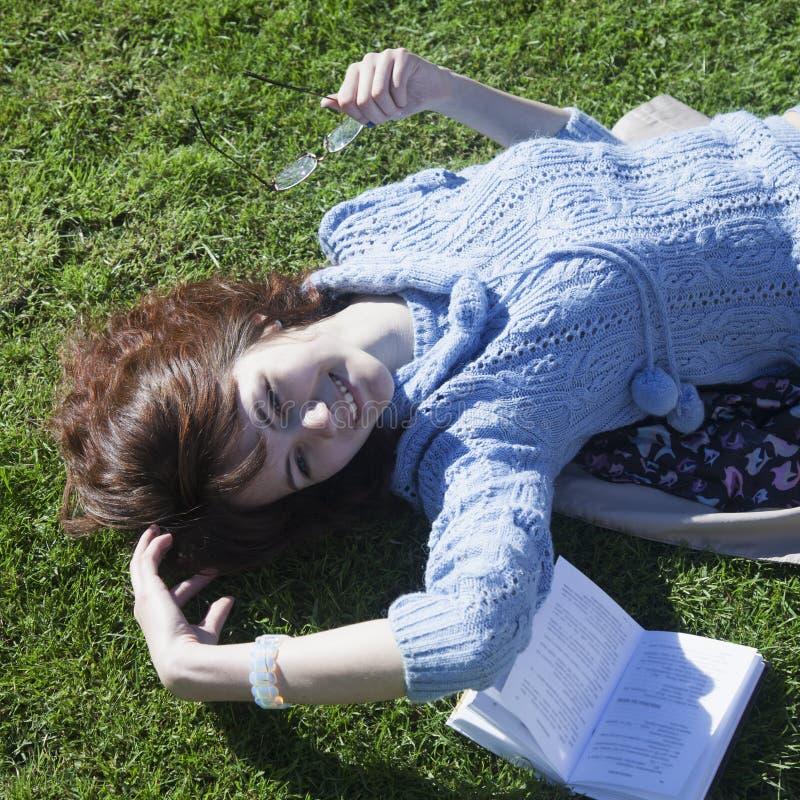 Estudante que aprende na educação da grama, auto-desenvolvimento, fotografia de stock