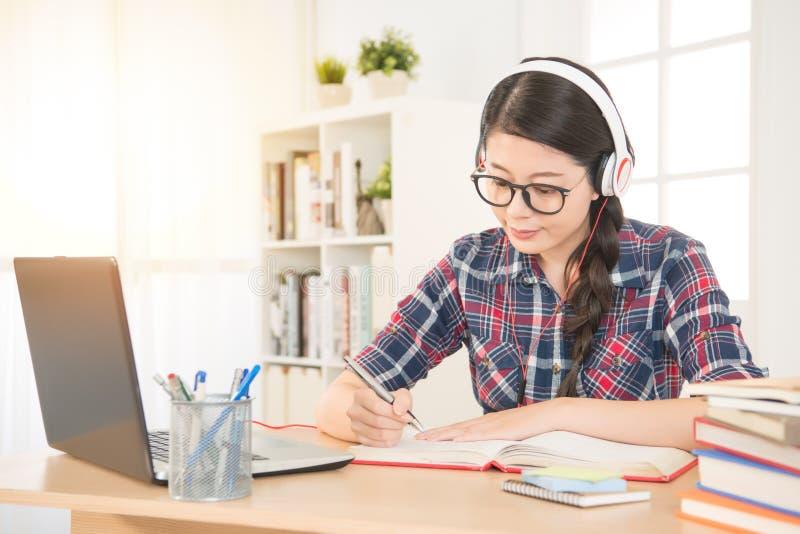 Estudante que aprende na linha com fones de ouvido foto de stock