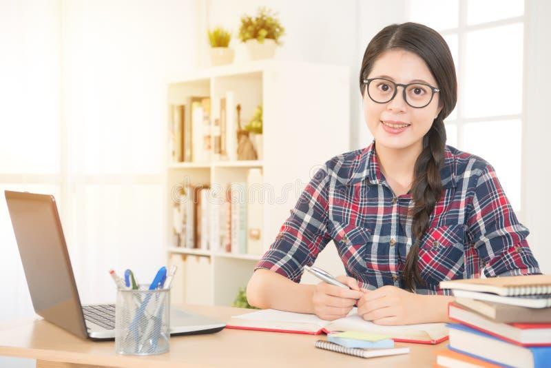 Estudante que aprende ou que trabalha com um portátil fotografia de stock