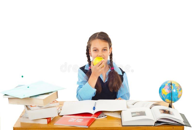Estudante que come a maçã imagens de stock royalty free