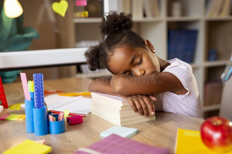 Estudante que dorme em sua mesa fotos de stock