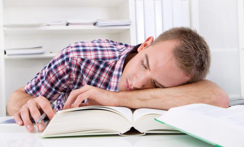 Estudante que dorme na mesa foto de stock royalty free
