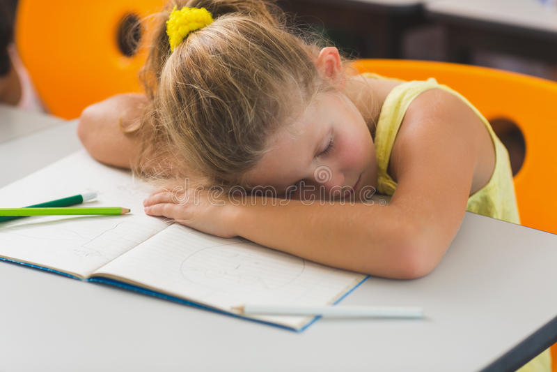 Estudante que dorme na mesa fotografia de stock